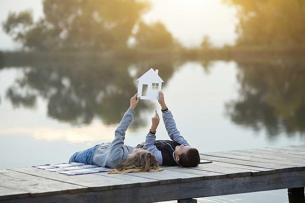 Paar freut sich auf zukünftiges Eigenheim